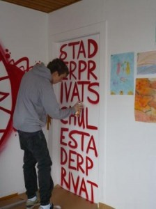 Graffiti-Bilder an Schulwänden von außen kennt man. Aber warum nicht auch im Gebäude? Hier macht sich Leo Cordes, Schüler der FOS 12a der Stader Privatschule und Graffiti-Künstler, gerade an einer Bürowand zu schaffen.