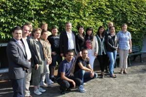 Serkan Tören (Mitte) im Kreis der Teilnehmer des Integrationskurse. Rechts außen die Lehrerin Ute Henning.