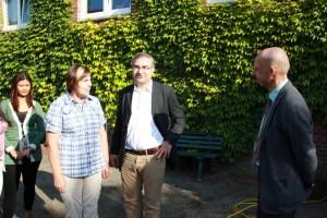 Serkan Tören (Mitte) im Gespräch mit Ute Henning und Schulleiter Dirk W. Kühne.